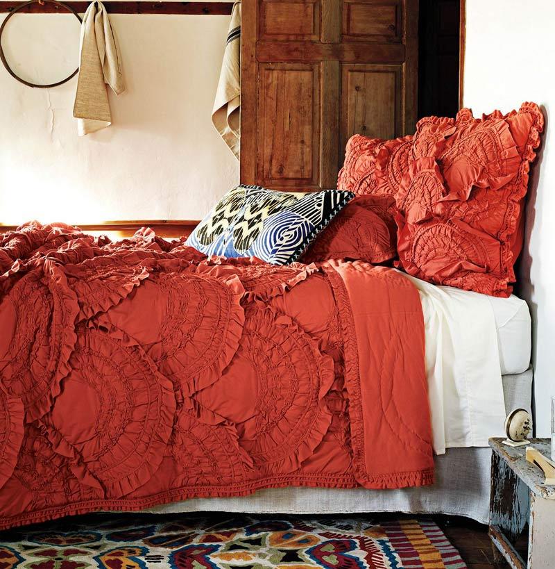 kırmızı yatak örtüsü