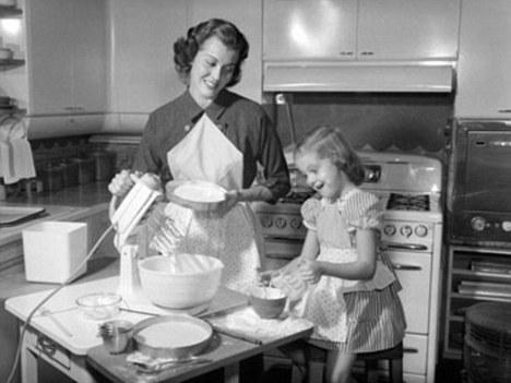 anne kız kek yaparken