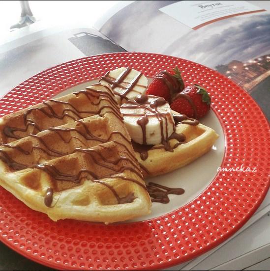 çilekli muzlu çikolatalı waffle